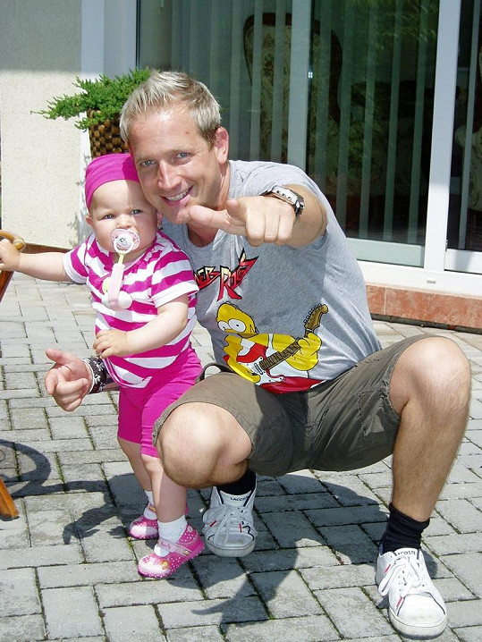 Je otcem rozkošné holčičky.