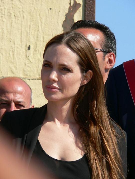 Vážná Angelina Jolie.