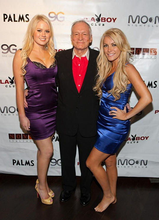 Hugh Hefner se svými blondýnkami: Vlevo Anna Sophia Berglund, vpravo exsnoubenka Crystal Harris.