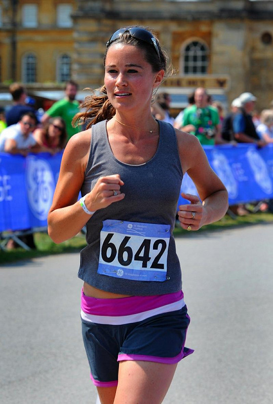 Pippa Middleton běží triatlon.