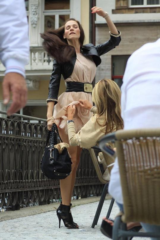 Přítelkyně Andrey musela sáhnout modelce až hluboko pod šaty.