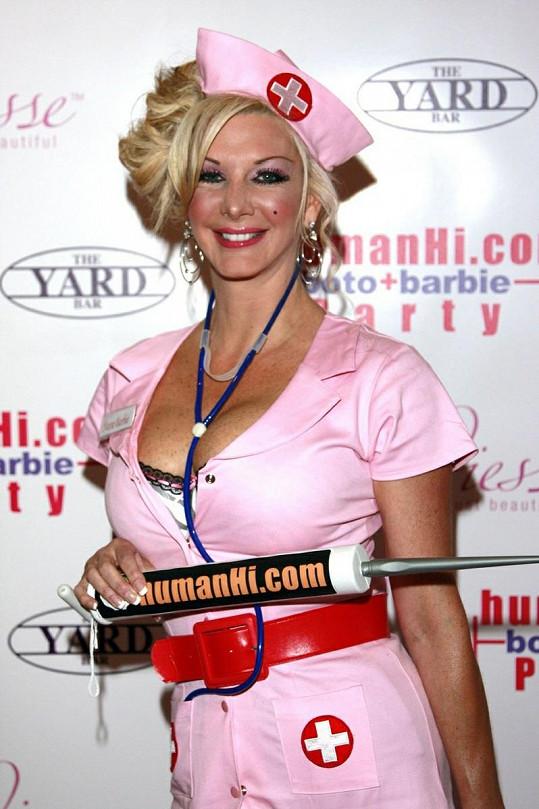 Sarah Burge v kostýmku sexy zdravotní sestřičky.