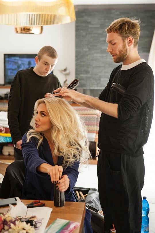 Vlasy je při natáčení třeba pořád přečesávat.