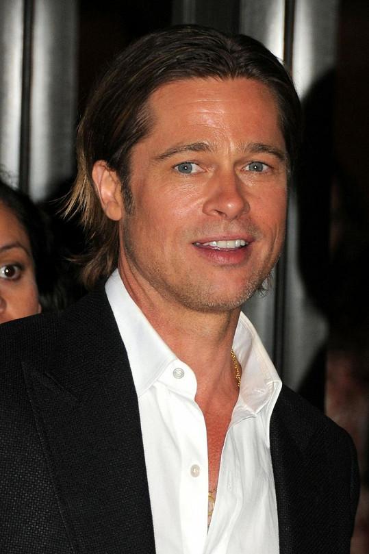Bradu Pittovi pokrývalo tvář místo bradky jen strniště.