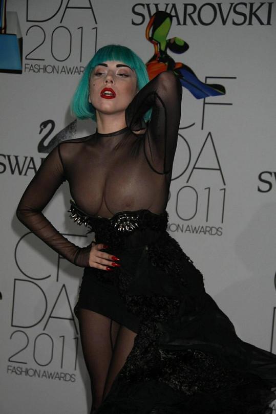 Lady Gaga ukázala svá ňadra pod jemnou síťovinou.