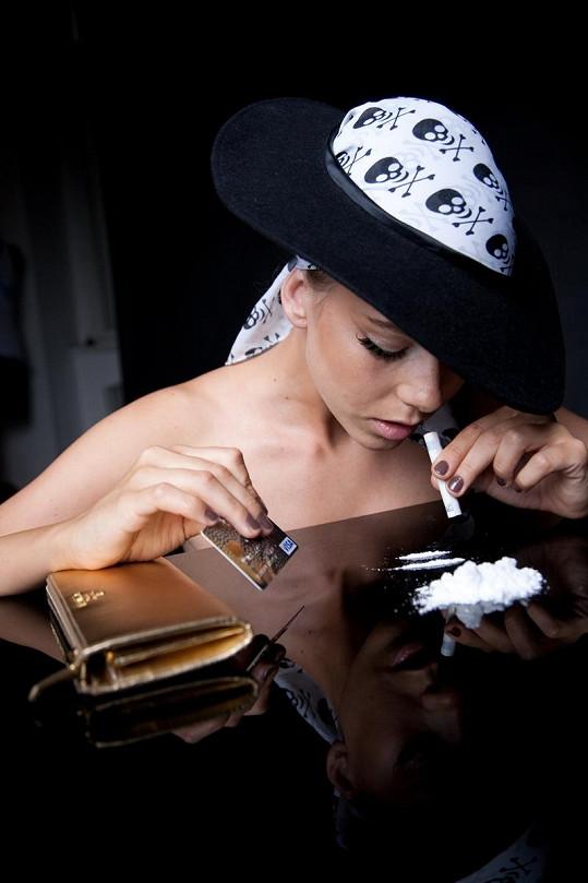 Veronika Machová s bankovkou pózuje nad bílým práškem.