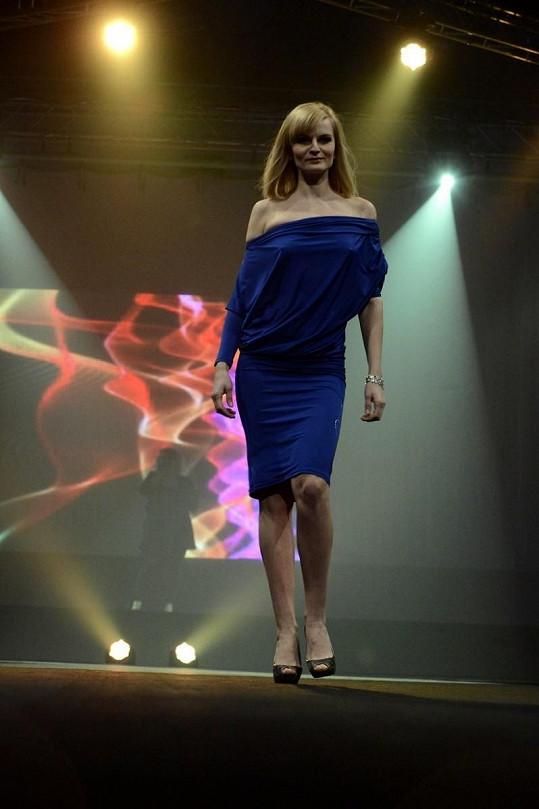 Iva Pazderková v modelu, který jí úplně nesedl.