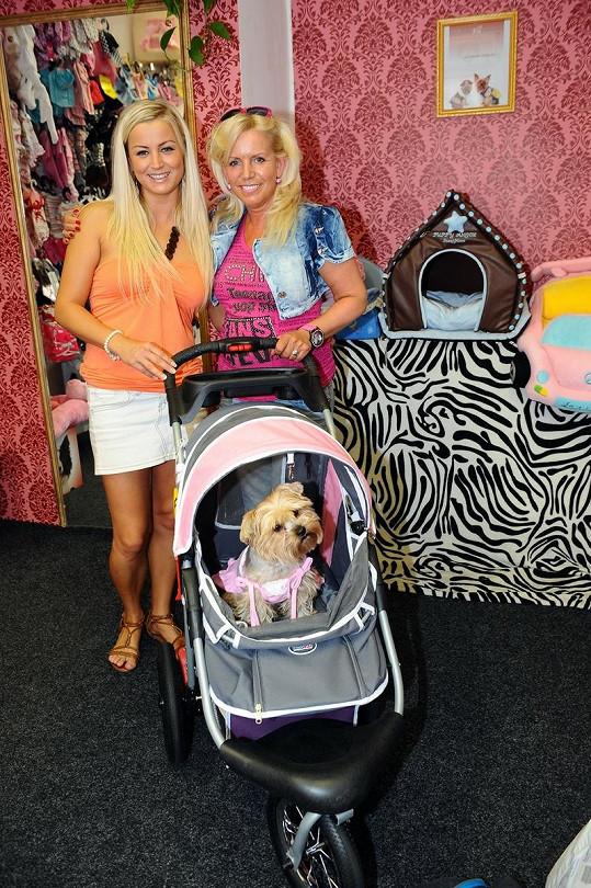 Majitelka psího obchodu Zuzana Toušková se s Krampolovou žertu s krádeží srdečně zasmály.