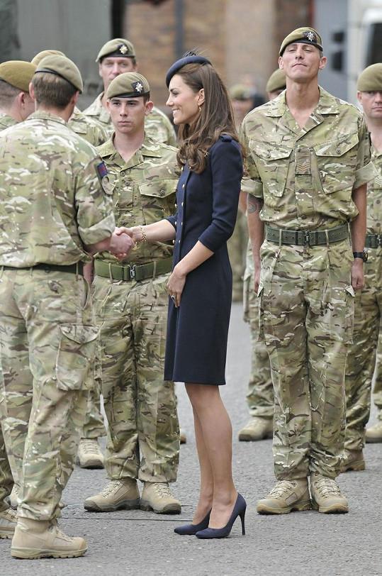 Oceňovaní vojáci irské gardy byli z přítomnosti krásné Kate nadšení.
