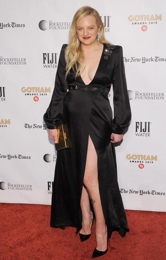 Elisabeth Moss zvolila opravdu odvážné šaty.