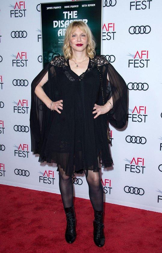 Courtney Love na projekci filmu The Disaster Artist vsadila na průsvitné šaty.