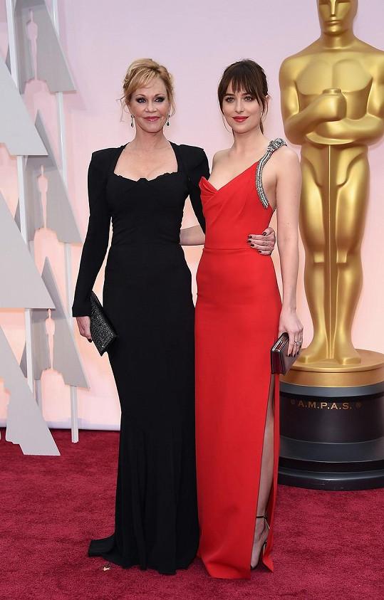 Dakota s maminkou Melanií Griffith na letošních Oscarech