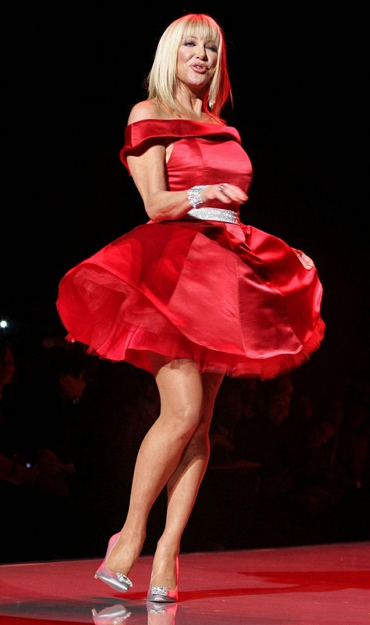 Suzanne Somers v červených šatech okouzlila davy.