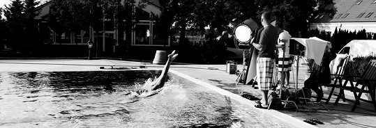 V klipu uvidíte, jak Dara padá efektně do vody.