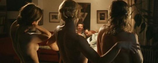 Tereza Voříšková (vlevo) a Vilma Cibulková ve filmu Zemský ráj to na pohled. Dámy rozjely pořádný striptýz.