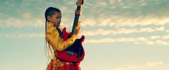 Desetiletá dcera Willa Smithe ve svém videoklipu.