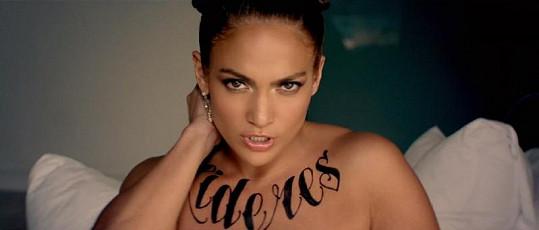 Jennifer je tetovaná naštěstí jen 'jako'.