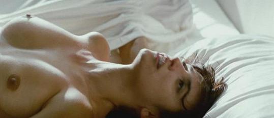 Nahá Penelope Cruz ve filmu Rozervaná objetí.
