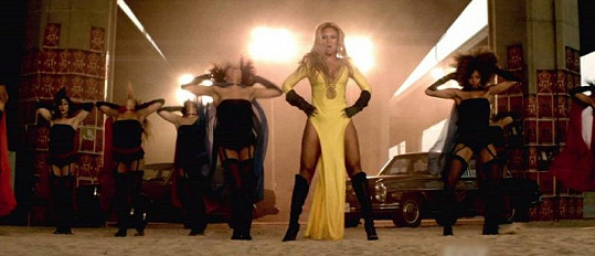 Zpěvačka ve videoklipu předvádí své přednosti.
