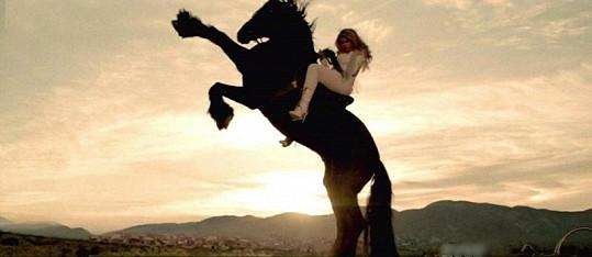 Krásce to na koni velmi sluší.