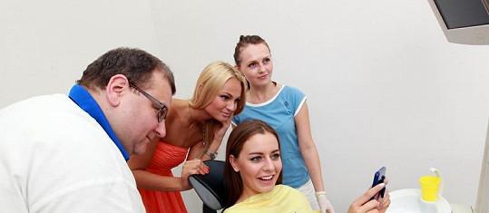Dívky s lékařem a zubní hygienistkou.