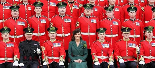 Princezna Kate a vojáci během oslav Sv. Patrika.