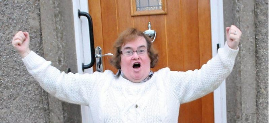 Susan Boyle předvádí, jak se těší na Vánoce.