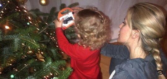 Simona Krainová zdobí se synem vánoční stromeček. Nemůže ale najít háčky.
