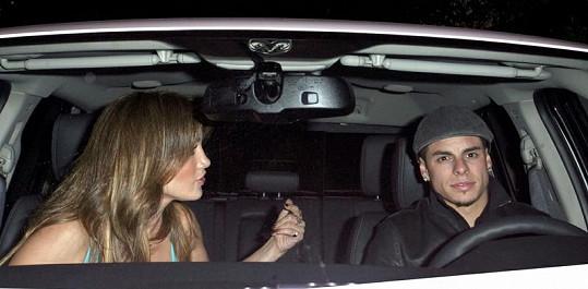 Jennifer Lopez a Casper Smart míří na oslavu narozenin.