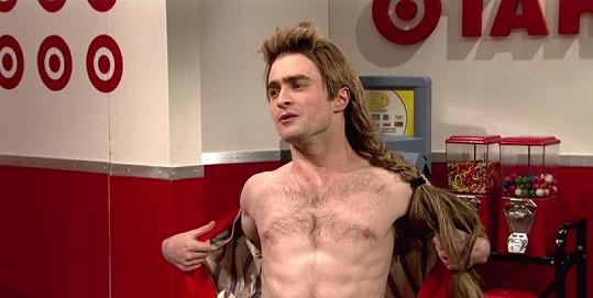 Mladý herec se proto, aby nebyl stále škatulkován jako Harry Potter, neváhá ani svléknout.