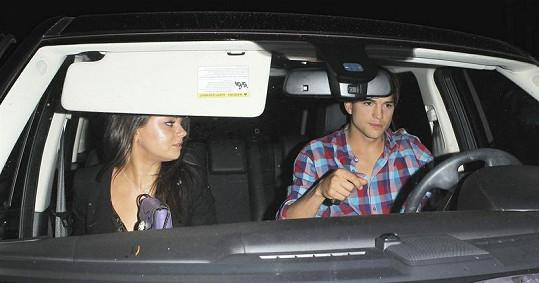 Ashton Kutcher a Mila Kunis dorazili společně autem.