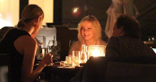 Iveta Bartošová a Kubikova přítelkyně Veronika si po celý večer notovaly.