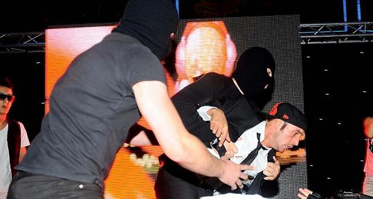 Sámer Issa byl unesen přímo z pódia.