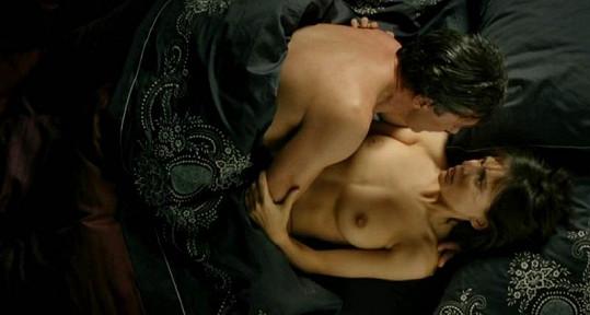 Vášnivá scéna z filmu Kůže, kterou nosím.