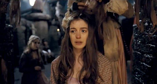 Scéna, kde krásnou herečku ostříhají na ježka.