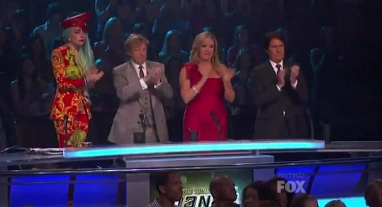 Dojatá zpěvačka aplaudovala spolu s ostatními porotci soutěže ve stoje.