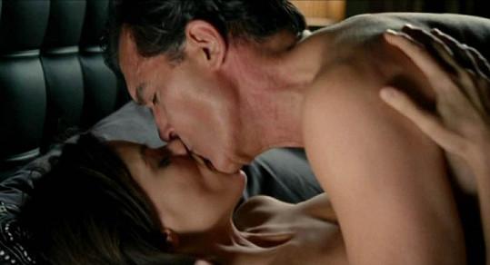Antonio Banderas a Elena Anaya natočili odvážnou postelovou scénu ve filmu Kůže, kterou nosím.