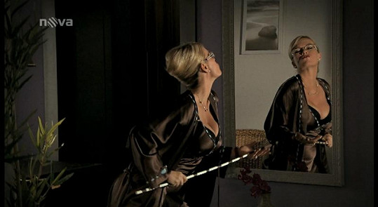 Lucie Benešová si vzrušující pózy zkoušela před zrcadlem.