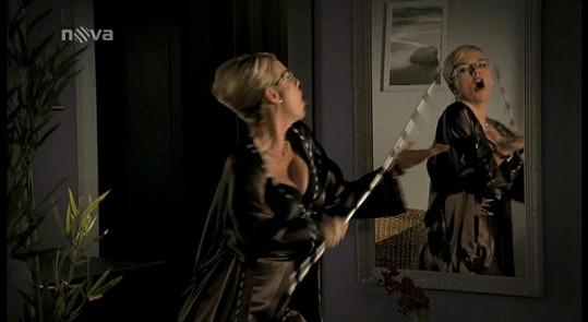 Lucie Benešová v seriálu Gympl s (r)učením omezeným. Je to pěkná potvora, která usiluje o křeslo ředitelky školy.