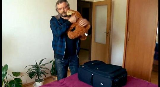 Podivín Milan z Farmy spí s medvědem.