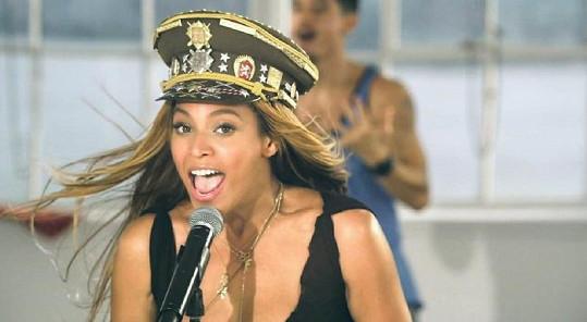 Beyoncé v čepici s českými a československými armádními odznaky.