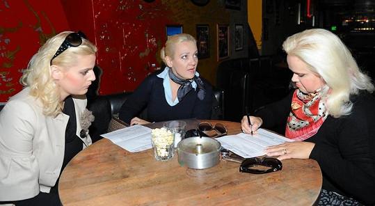 Ornella Štiková, Kateřina Hamrová a Monika Štiková podepisují smlouvu o moderování Miss Junior. Soutěž nakonec Ornella moderovat nebude.