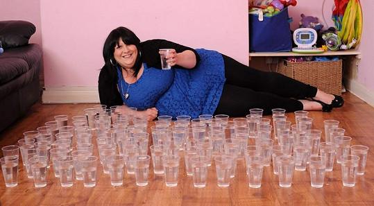 Angličanka vypije denně sto sklenic vody o obsahu 0,25 litru, což představuje množství na fotografii.