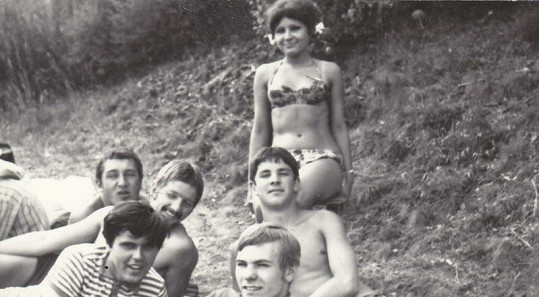 Čtrnáctiletá Jitka s kamarády na koupališti.