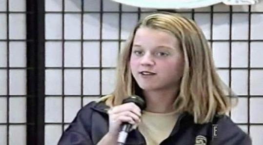 Katy jako blondýnka. Odmalička velmi ráda zpívala.