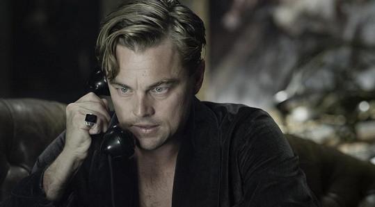 Leonardo DiCaprio v roli Jaye Gatsbyho.