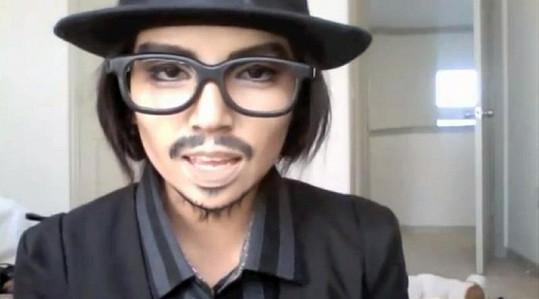 Pohledná Asiatka se nalíčila po vzoru Johnnyho Deppa.