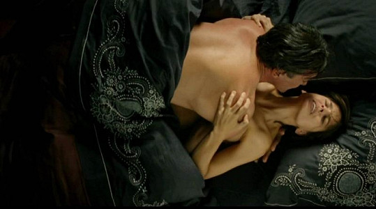 Antonio Banderas a Elena Anaya se milují ve filmu Pedra Almodóvara.