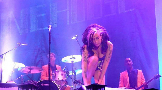 Amy Winehouse při koncertě v Srbsku.