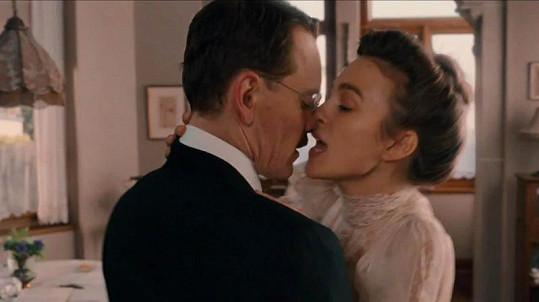 Vášnivé polibky Keiry Knightley a Michaela Fassbendera.